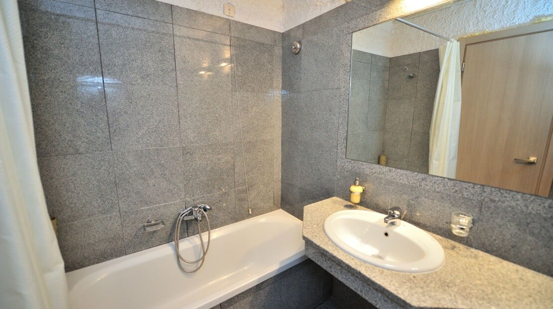 _bathroom_gray_resized